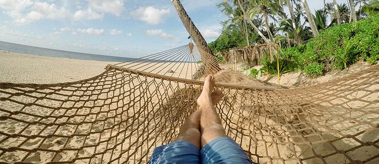 Füße in Stabhängematte am Strand